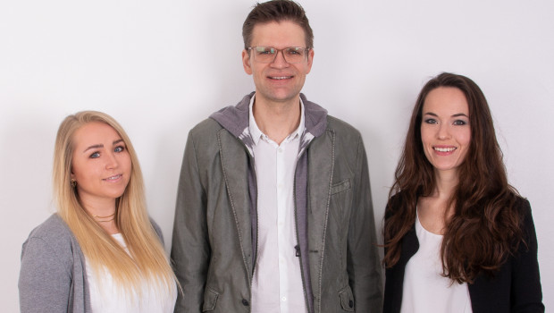 Freuen sich über die Shortlist-Nominierung: Takefive-Prokuristinnen Sharon Martin (links) und Johanna Ehlke sowie Geschäftsführer Stephan Schlüter.
