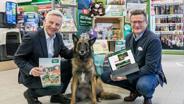 Hermann Aigner (rechts), Geschäftsführer Fressnapf Österreich, und Martin Fast, Geschäftsführer Rewe Austria Touristik, präsentieren die neue Urlaubsplattform Fressnapf Reisen.
