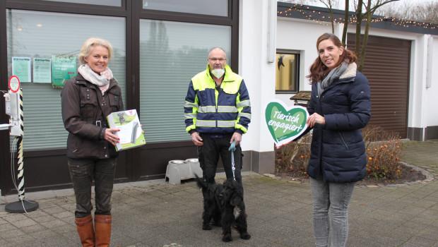 """Veronika Kröger (Wahl), Frank Schankat (Tierheimleiter Krefeld) und Claudia Bethke von der Fressnapf-Initiative """"Tierisch engagiert"""" (von links)."""