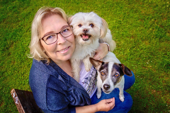 """Bozita-Kundin Sabine Wichert und ihre Hunde """"Fiete"""" und """"Pandora""""."""