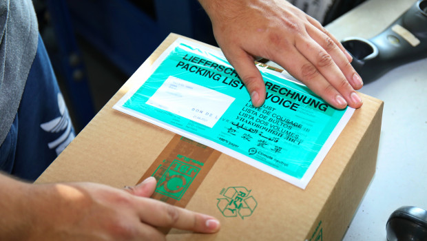 Plastik-Versandtaschen, mit denen der Lieferschein am Paket befestigt wird, lassen sich für die Mülltrennung nicht mehr vom Paket trennen und belasten somit die Umwelt stark.