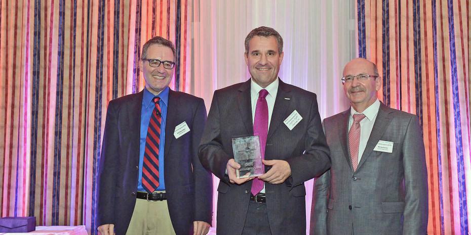 Der frühere Sagaflor-Geschäftsführer Christian Appel (Mitte) nahm 2015 den pet-Handelspreis entgegen, im Bild mit pet-Chefredakteur Ralf Majer-Abele und Michael Fuchs (Konzept & Markt).