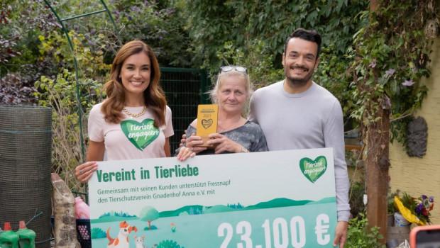 Jana Ina und Giovanni Zarella übergaben dem Gnadenhof Anna den Spendencheck.