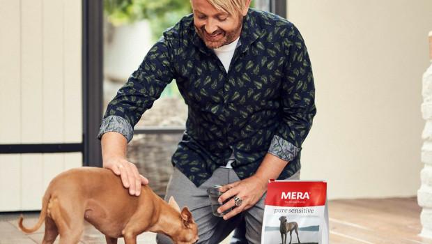 """Ross Antony und seine Hündin """"Aura"""" sind Markenbotschafter für Mera."""